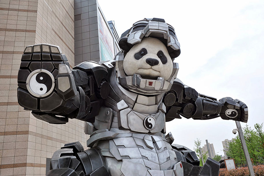 statua-panda-imponente-vestito-iron-man-bi-heng-cina-4