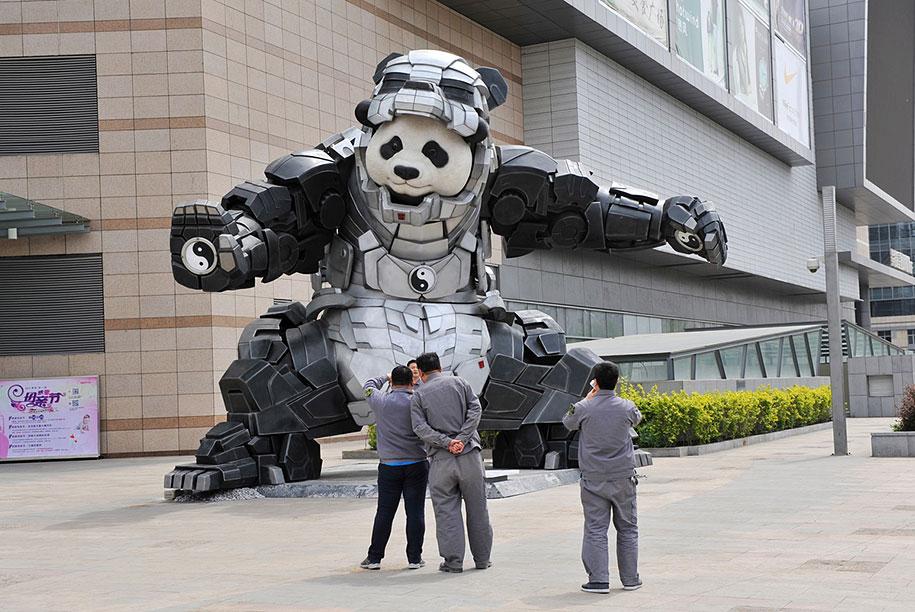 statua-panda-imponente-vestito-iron-man-bi-heng-cina-6