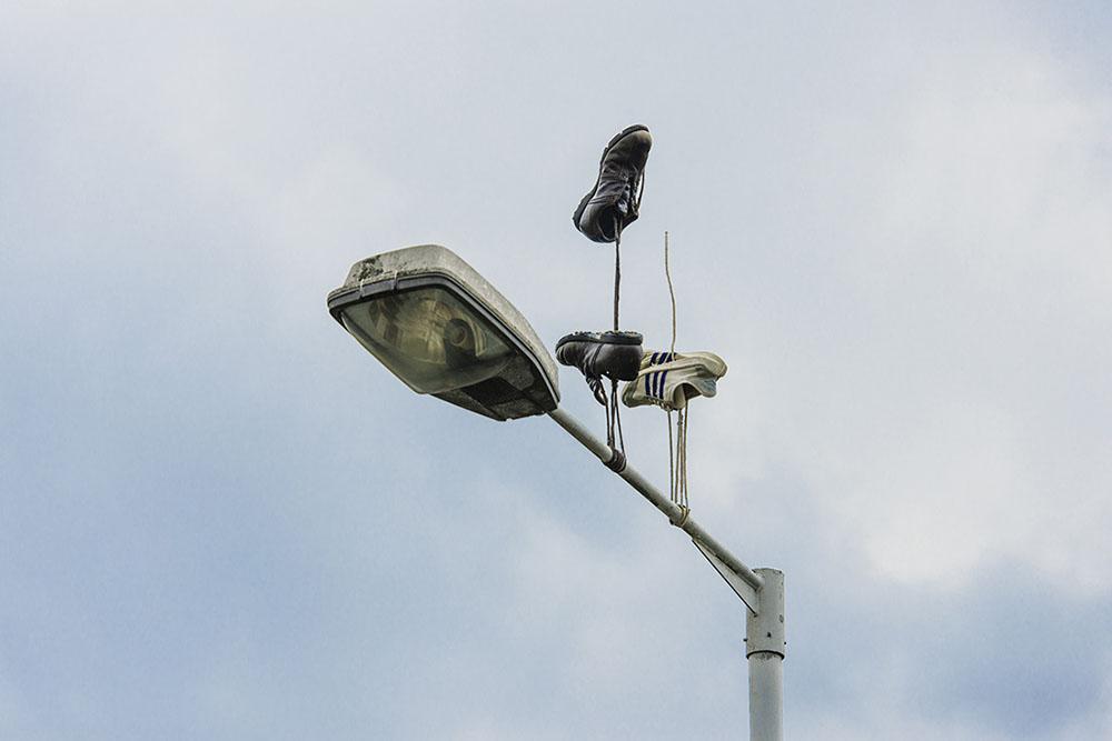 street-art-scarpe-appese-londra-pejac-4