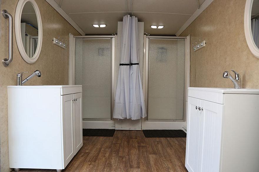 uomo-trasforma-camion-docce-mobili-senzatetto-jake-austin-5