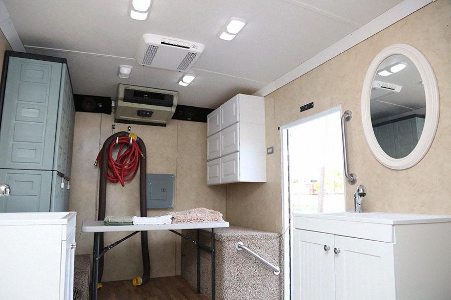 uomo-trasforma-camion-docce-mobili-senzatetto-jake-austin-7