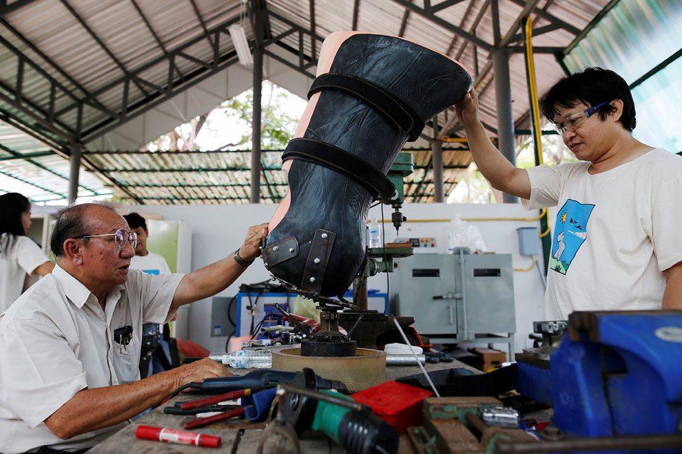 elefanti-senza-zampa-protesi-arto-artificiale-tailandia-06