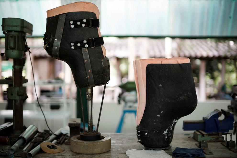 elefanti-senza-zampa-protesi-arto-artificiale-tailandia-11
