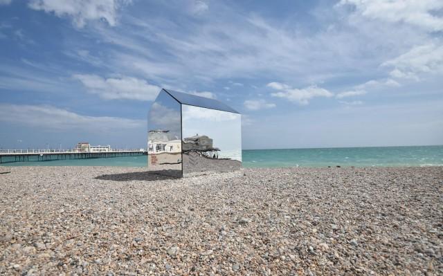 installazione-arte-cabina-spiaggia-coperta-specchi-ece-architecture-worthing-1