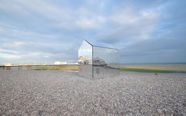 installazione-arte-cabina-spiaggia-coperta-specchi-ece-architecture-worthing-2