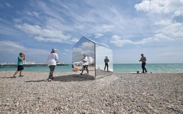 installazione-arte-cabina-spiaggia-coperta-specchi-ece-architecture-worthing-3