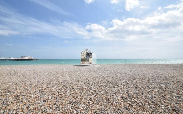 installazione-arte-cabina-spiaggia-coperta-specchi-ece-architecture-worthing-4