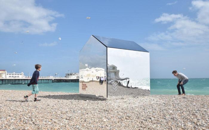 installazione-arte-cabina-spiaggia-coperta-specchi-ece-architecture-worthing-5
