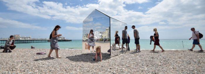 installazione-arte-cabina-spiaggia-coperta-specchi-ece-architecture-worthing-6