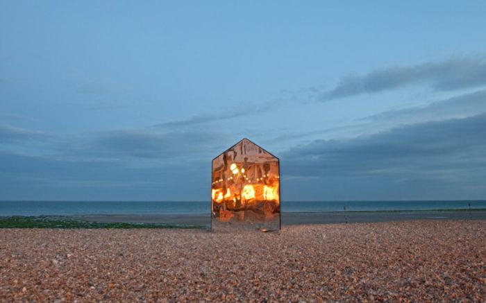 installazione-arte-cabina-spiaggia-coperta-specchi-ece-architecture-worthing-7