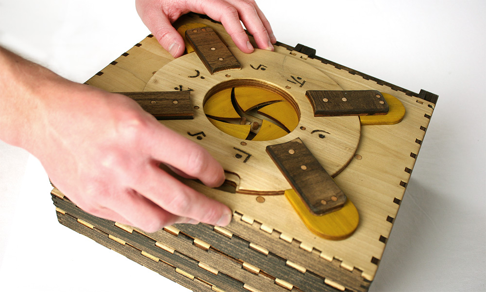 libro-legno-artigianale-puzzle-meccanici-da-risolvere-codex-silenda-brady-whitney-04