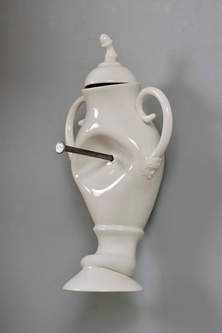 scultura-vasi-porcellana-incidenti-bizzarri-laurent-craste-05