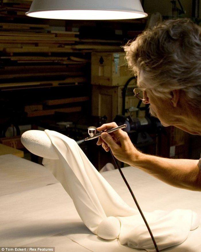 sculture-legno-sembrano-tessuti-iperrealismo-tom-eckert-01