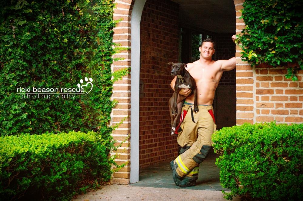 foto-pompieri-sexy-poliziotti-militari-calendario-cani-ricki-beason-6