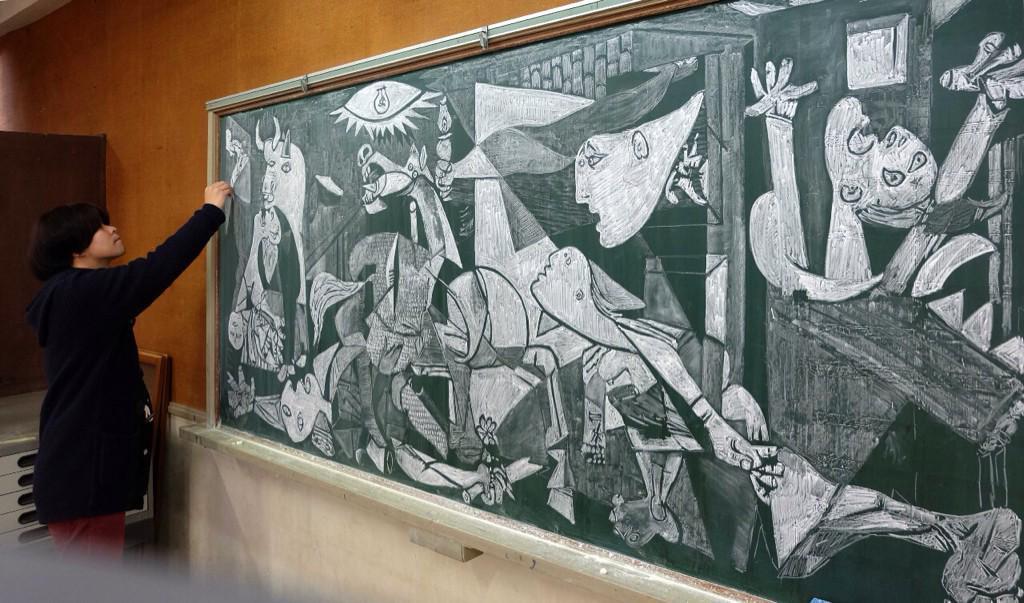 insegnante-disegna-capolavori-su-lavagna-gessi-hirotaka-hamasaki-02