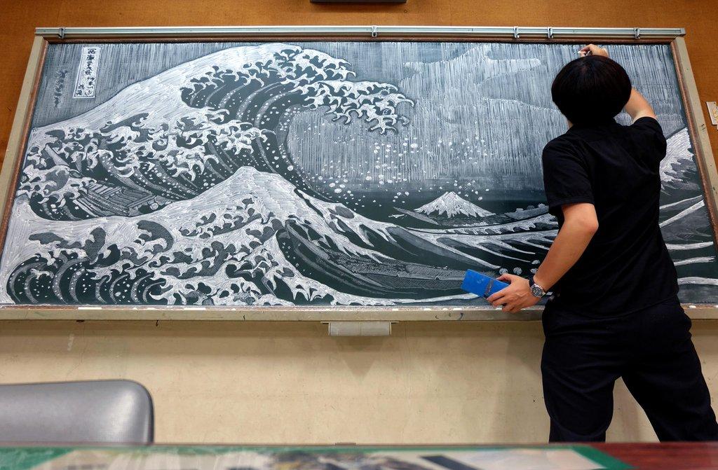 insegnante-disegna-capolavori-su-lavagna-gessi-hirotaka-hamasaki-03