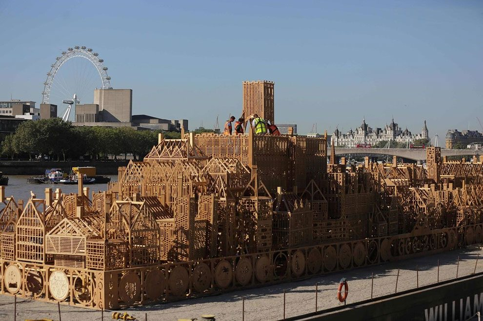 scultura-legno-120-metri-londra-1966-incendio-david-best-11