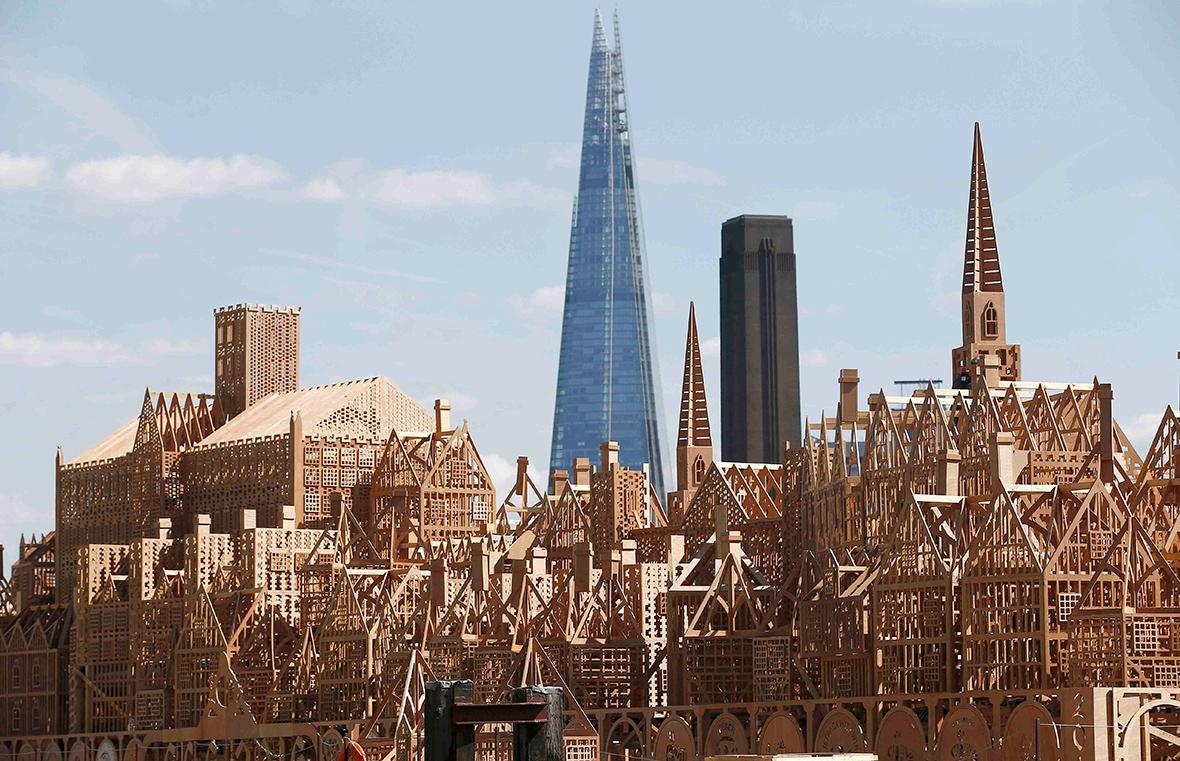 scultura-legno-120-metri-londra-1966-incendio-david-best-17