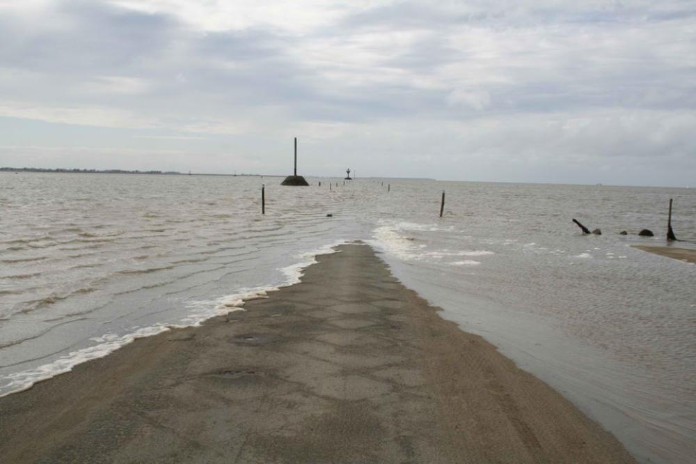 strada-scompare-sotto-acqua-marea-passage-du-gois-francia-1