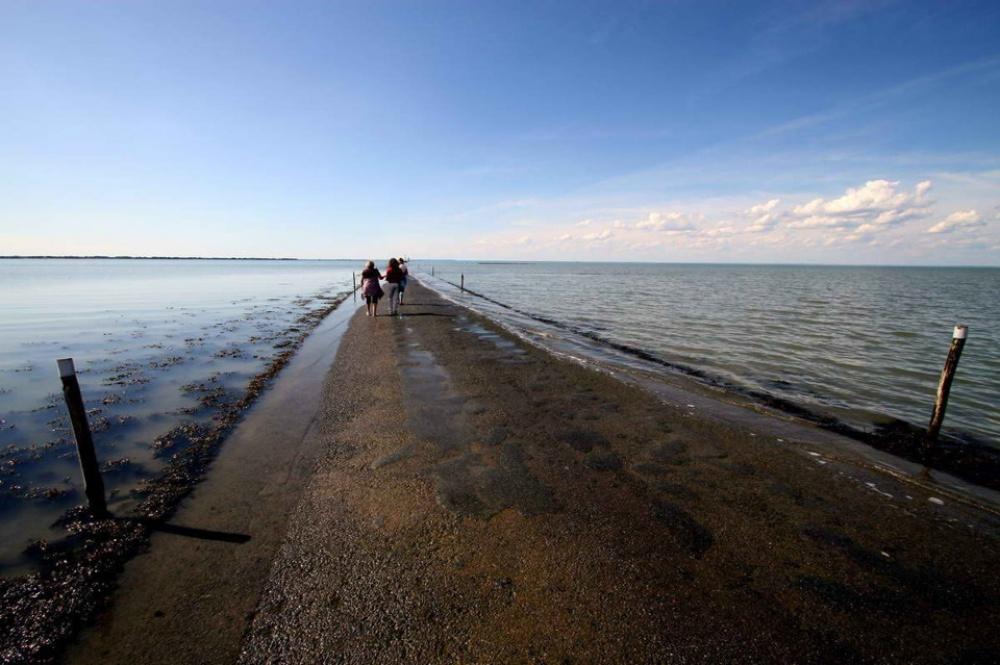 strada-scompare-sotto-acqua-marea-passage-du-gois-francia-3