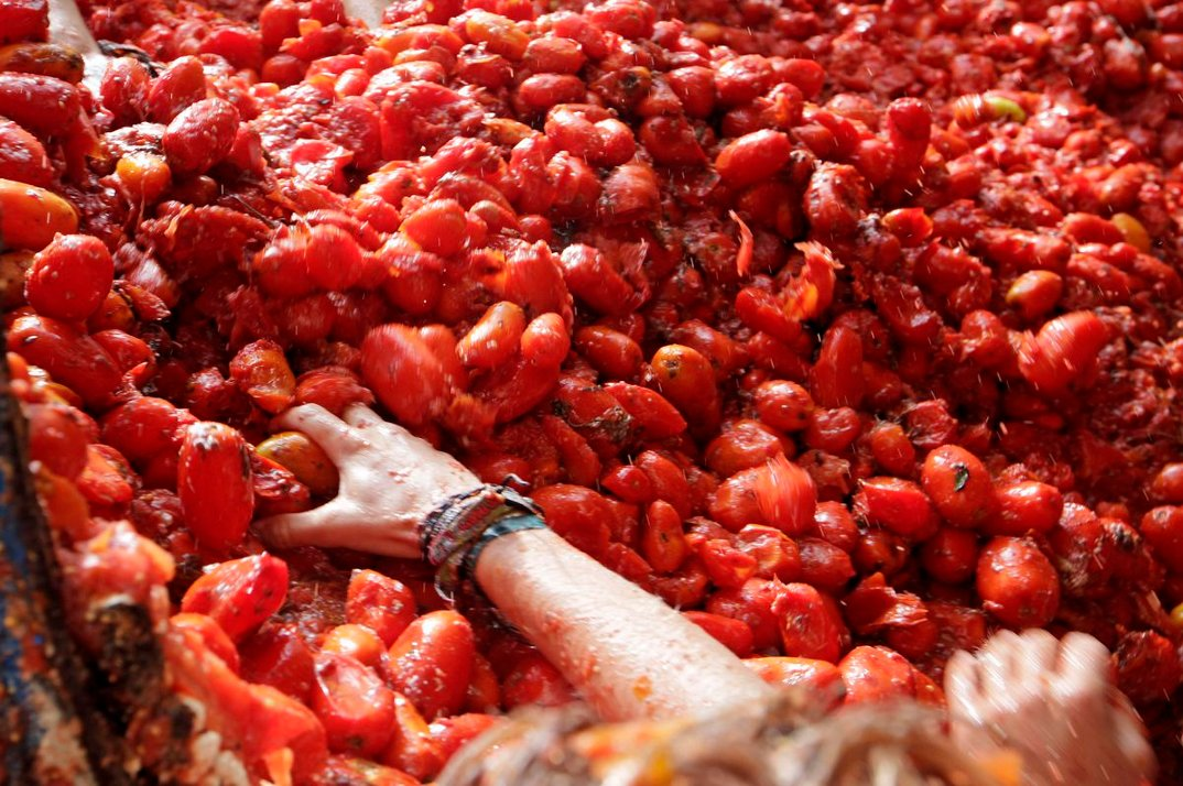 tomatina-foto-battaglia-cibo-lancio-pomodori-bunol-spagna-02
