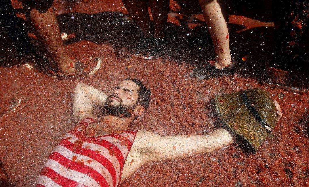 tomatina-foto-battaglia-cibo-lancio-pomodori-bunol-spagna-08
