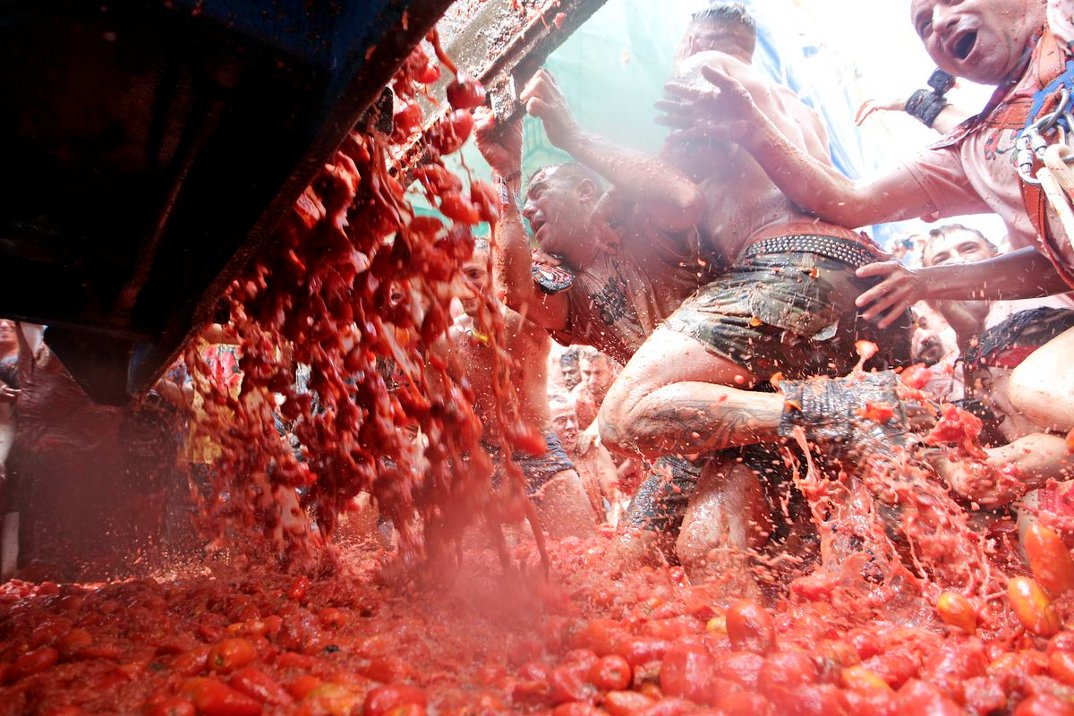 tomatina-foto-battaglia-cibo-lancio-pomodori-bunol-spagna-10