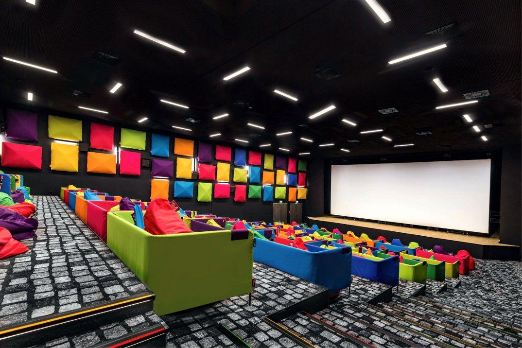 cinema-tulikino-design-originale-colorato-sacchi-tuli-slovacchia-michal-stasko-01
