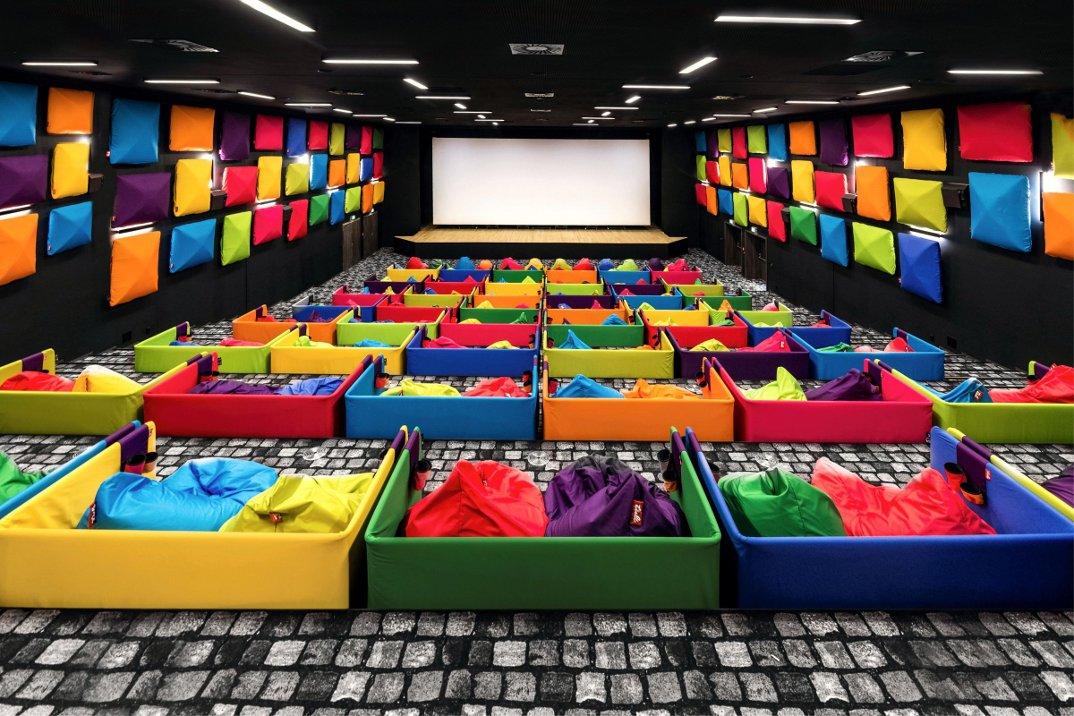 cinema-tulikino-design-originale-colorato-sacchi-tuli-slovacchia-michal-stasko-02