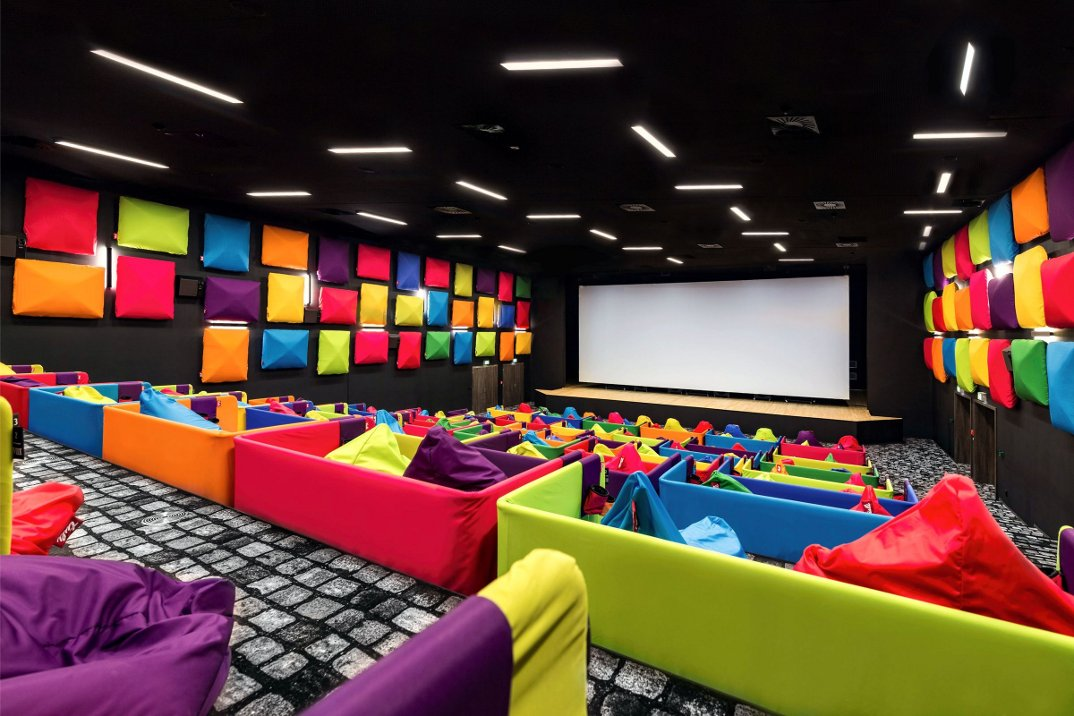 cinema-tulikino-design-originale-colorato-sacchi-tuli-slovacchia-michal-stasko-03
