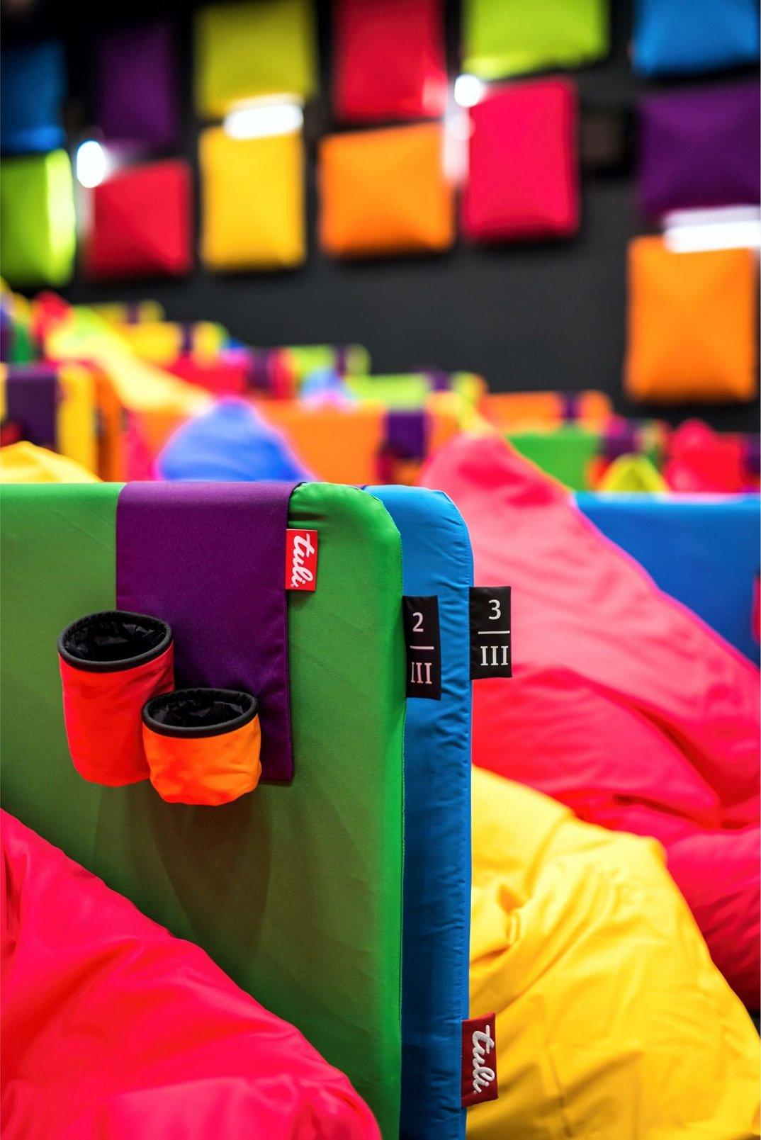 cinema-tulikino-design-originale-colorato-sacchi-tuli-slovacchia-michal-stasko-09