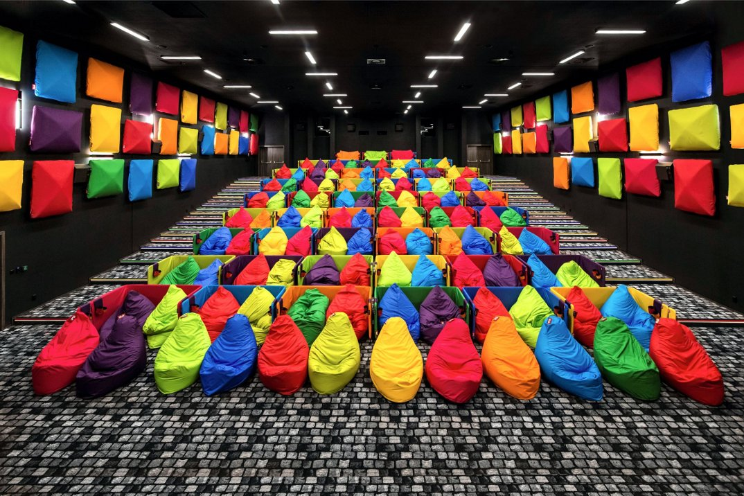 cinema-tulikino-design-originale-colorato-sacchi-tuli-slovacchia-michal-stasko-11