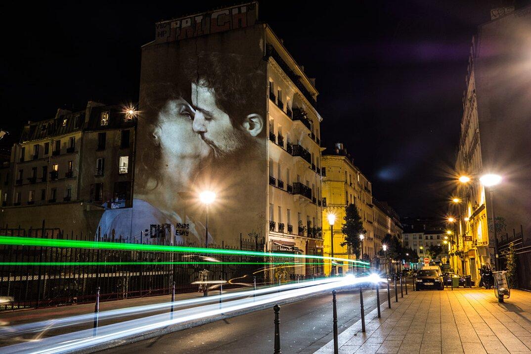digital-street-art-parigi-coppie-baci-nuit-blanche-2016-julienne-nonnon-05
