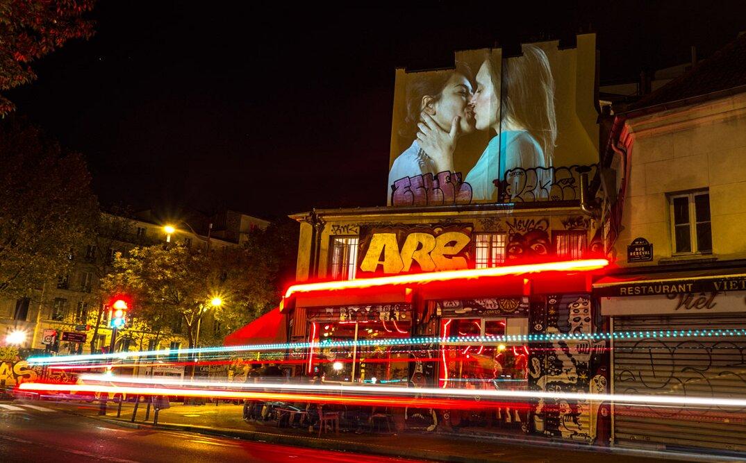 digital-street-art-parigi-coppie-baci-nuit-blanche-2016-julienne-nonnon-07