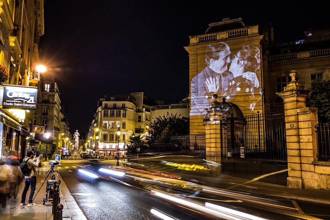 digital-street-art-parigi-coppie-baci-nuit-blanche-2016-julienne-nonnon-09
