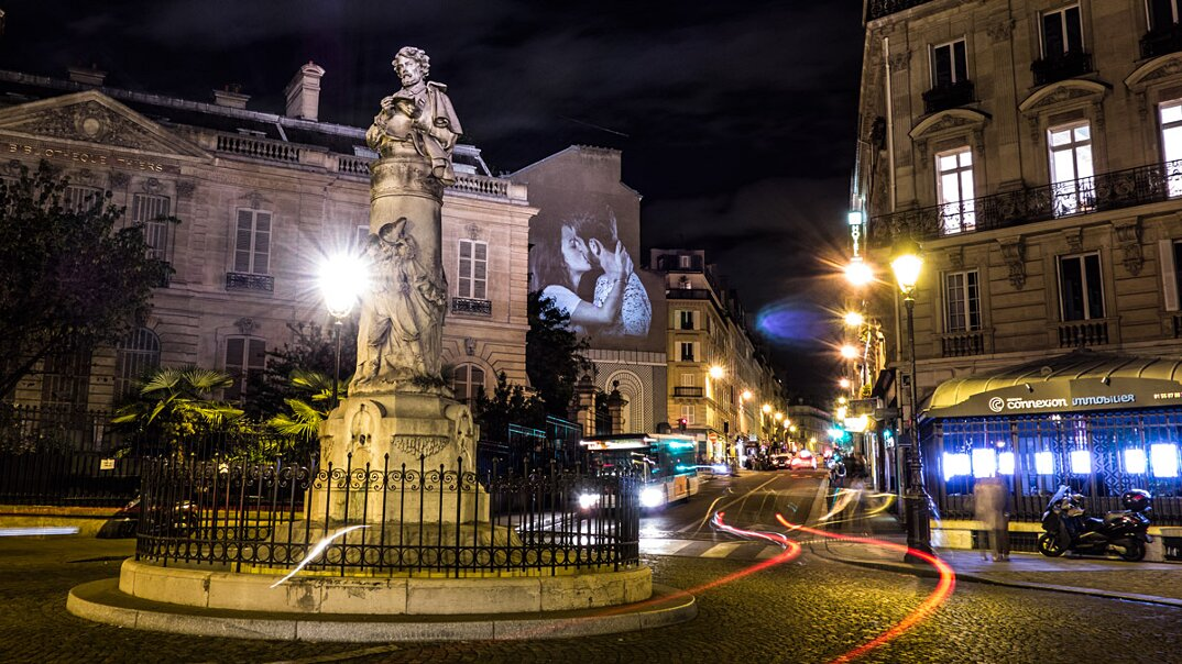 digital-street-art-parigi-coppie-baci-nuit-blanche-2016-julienne-nonnon-10