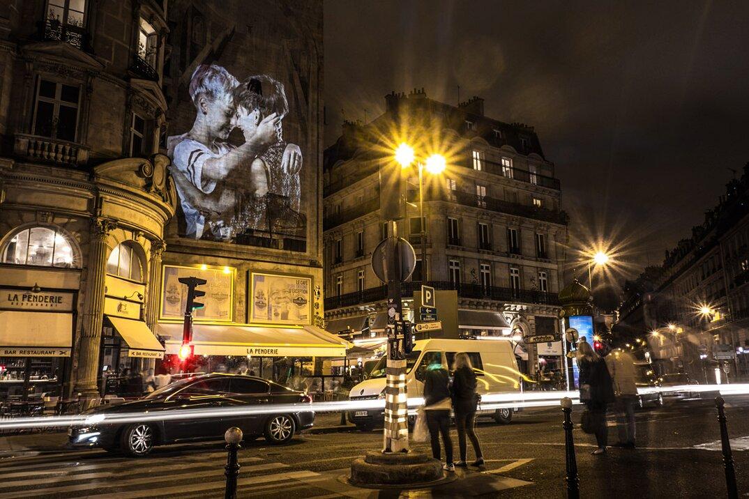 digital-street-art-parigi-coppie-baci-nuit-blanche-2016-julienne-nonnon-15