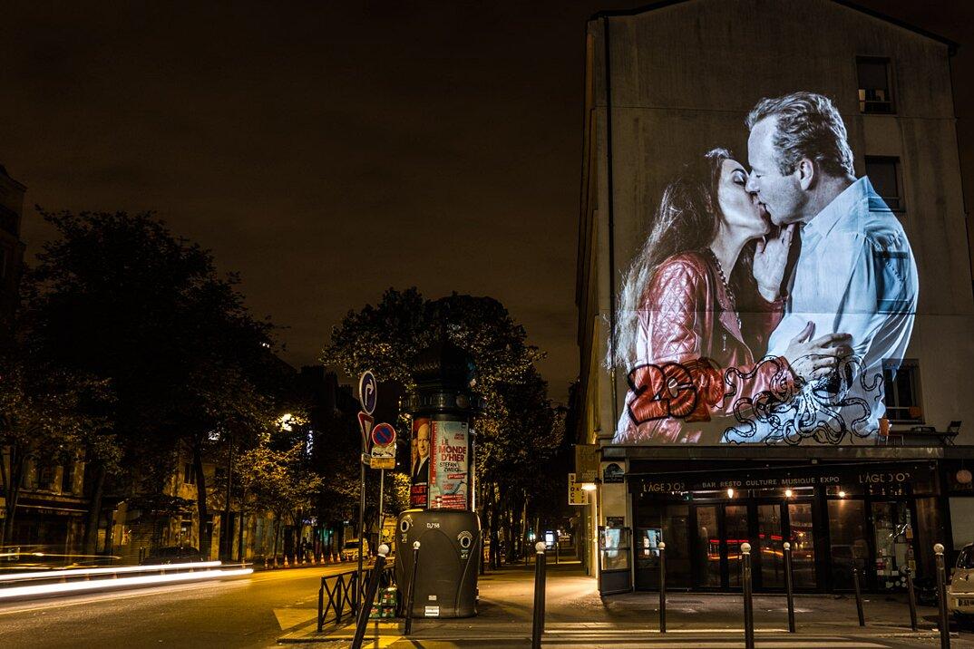digital-street-art-parigi-coppie-baci-nuit-blanche-2016-julienne-nonnon-16
