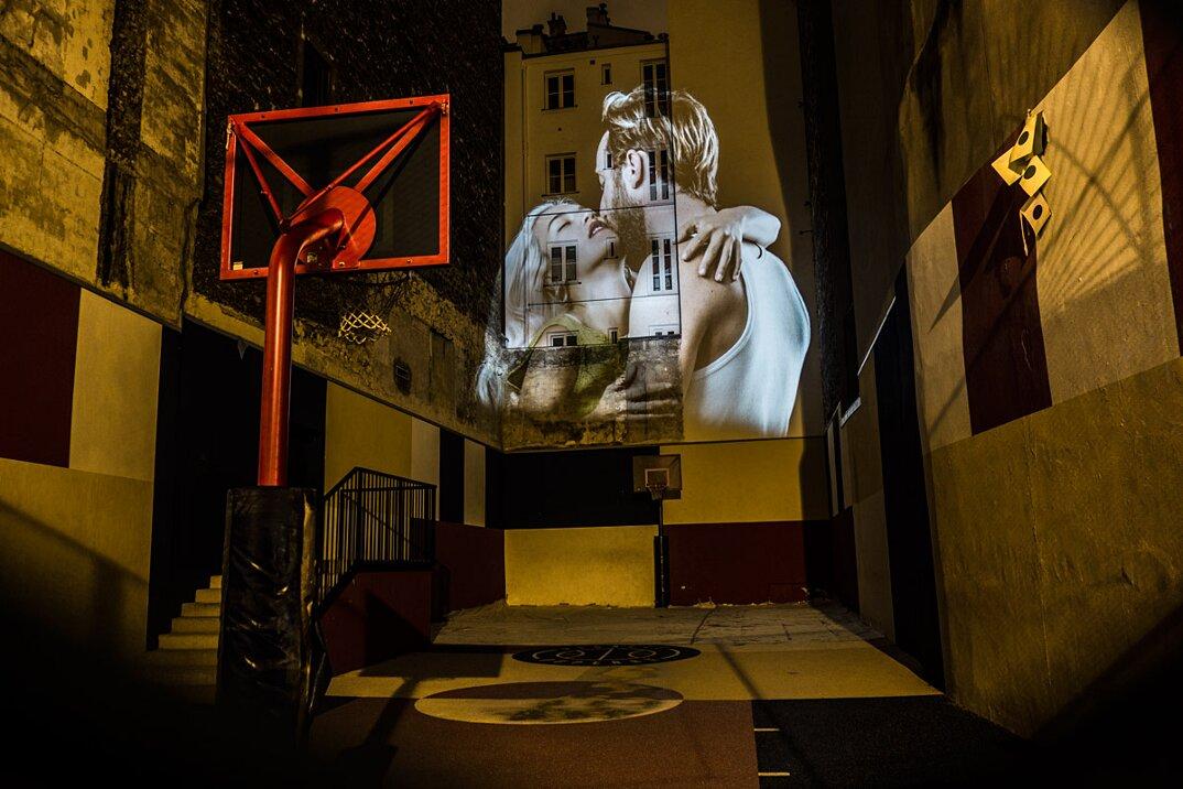 digital-street-art-parigi-coppie-baci-nuit-blanche-2016-julienne-nonnon-22