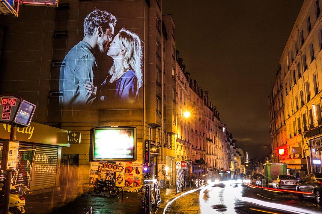 digital-street-art-parigi-coppie-baci-nuit-blanche-2016-julienne-nonnon-25