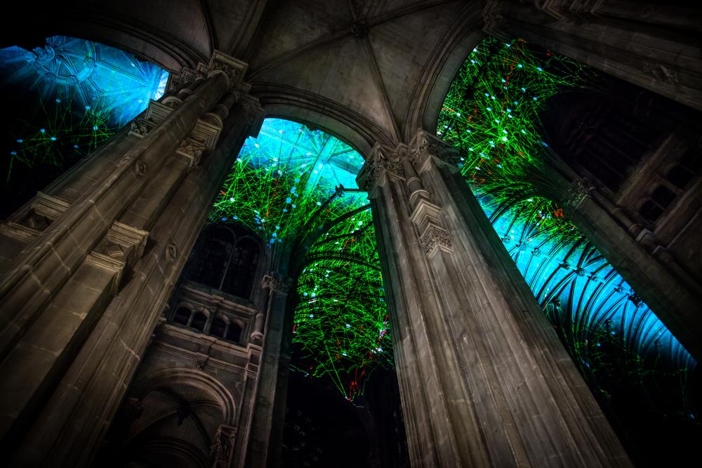 installazione-cielo-virtuale-chiesa-saint-eustache-parigi-voutes-celestes-miguel-chevalier-5