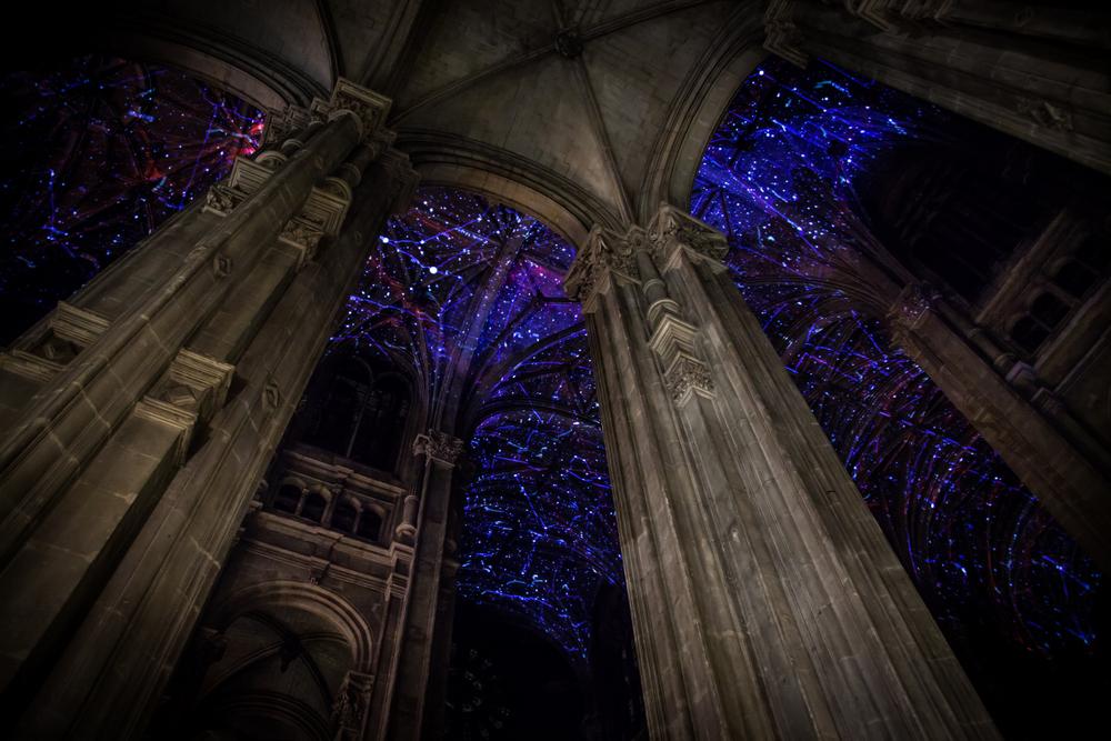 installazione-cielo-virtuale-chiesa-saint-eustache-parigi-voutes-celestes-miguel-chevalier-7