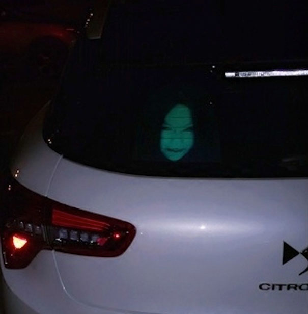 adesivi-riflettenti-lunotto-posteriore-mostrano-fantasmi-mostri-luci-abbaglianti-1