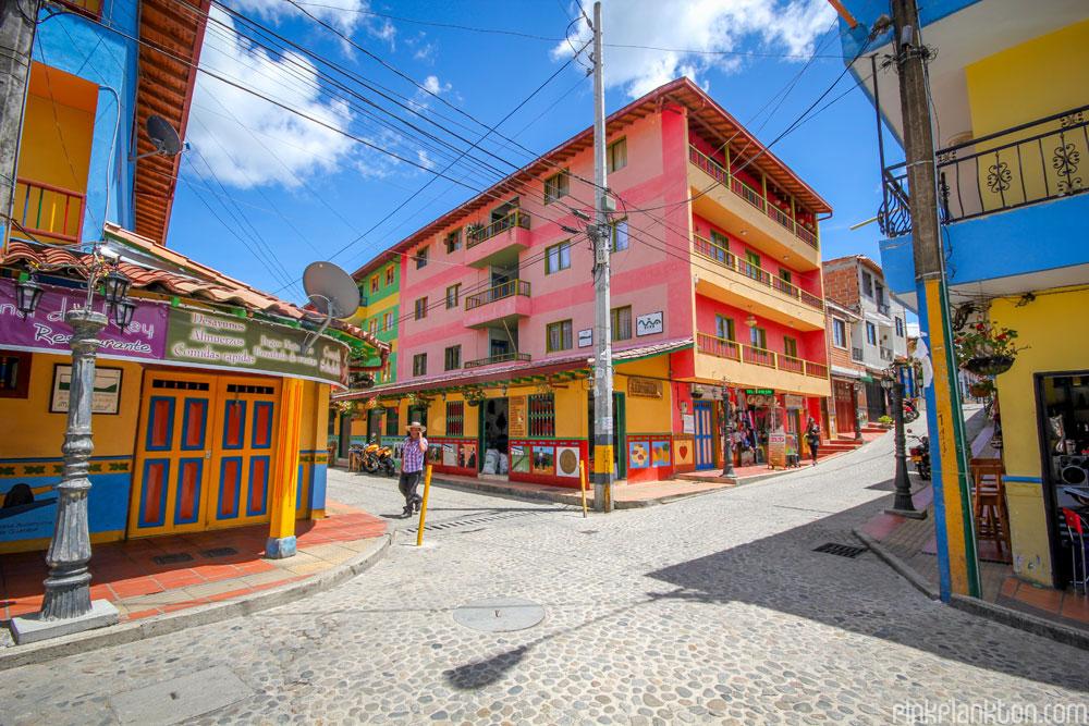 citta-colorata-dipinta-guatape-colombia-jessica-devnani-03