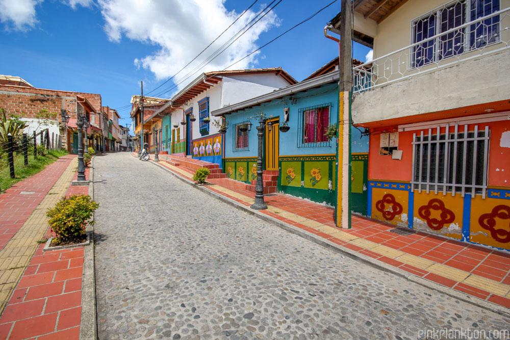 citta-colorata-dipinta-guatape-colombia-jessica-devnani-05