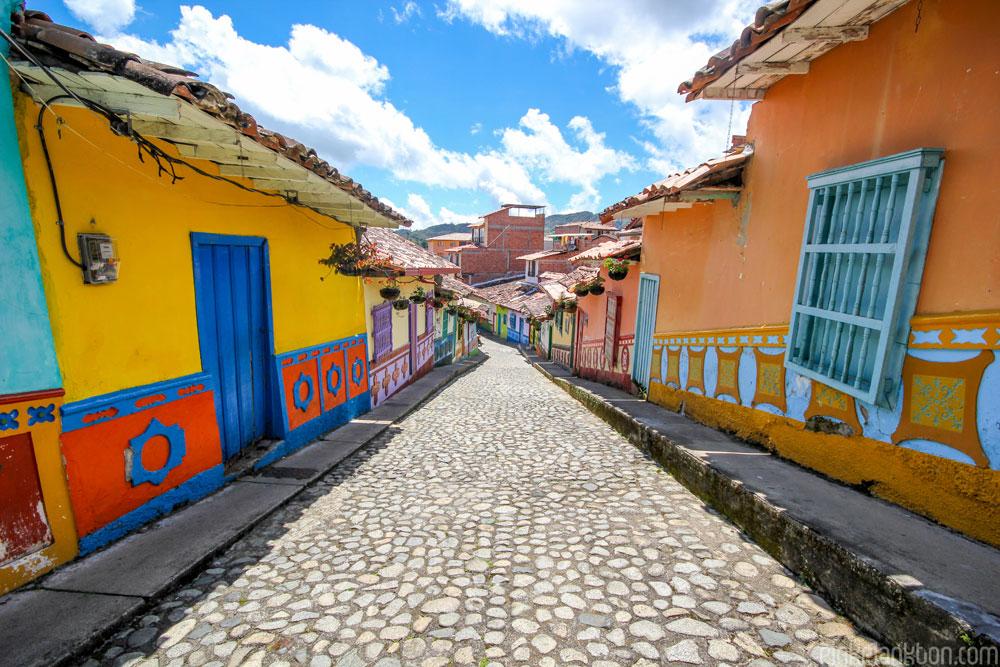 citta-colorata-dipinta-guatape-colombia-jessica-devnani-07