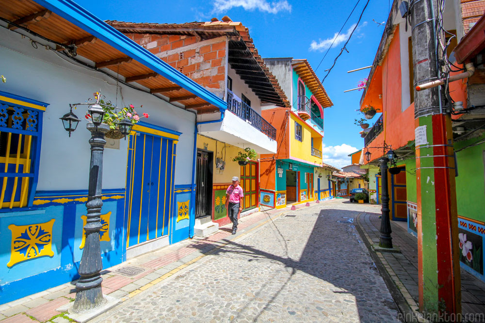 citta-colorata-dipinta-guatape-colombia-jessica-devnani-08