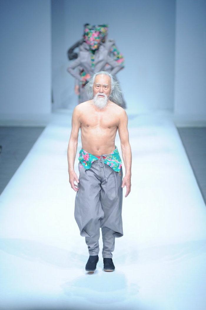 modello-80-anni-nonno-sexy-cina-wang-deshun-2