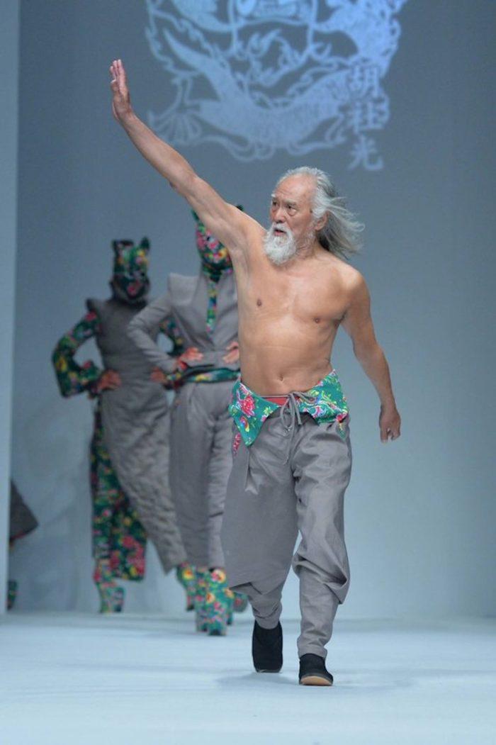 modello-80-anni-nonno-sexy-cina-wang-deshun-4
