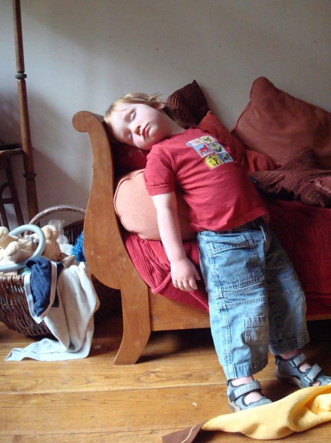 foto-divertenti-bambini-dormono-ovunque-01